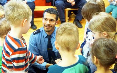 Bereitschaftspolizei zu Gast im Kinderheim